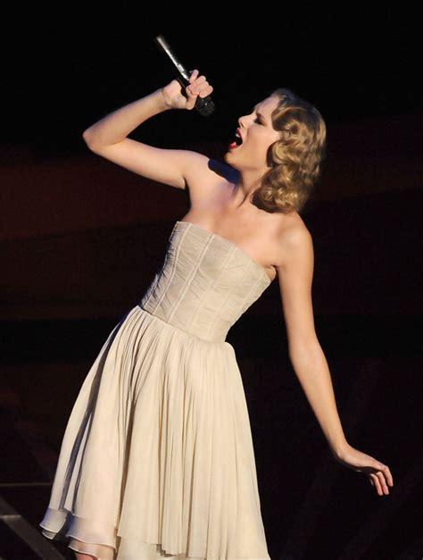 taylor swift dress lyric video taylor swift strapless dress taylor swift looks
