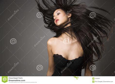 mujer con el pelo negro largo sano lujuriante foto de mujer joven con el pelo largo fotograf 237 a de archivo libre