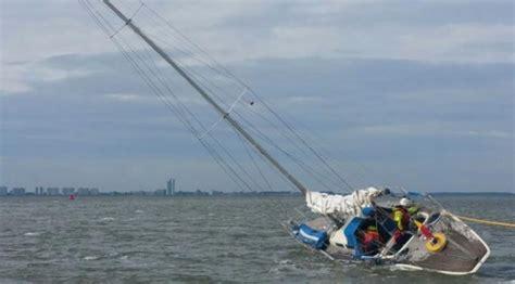 zeil yacht zeiljacht gestrand op de westerschelde hvzeeland