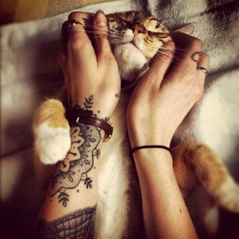 tattoo cat wrist arm tattoo ideen mandala motive frau handgelenk katze