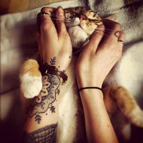 tattoo hand cat arm tattoo ideen mandala motive frau handgelenk katze