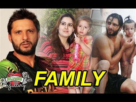 shahid afridi family with parents, wife, daughters and