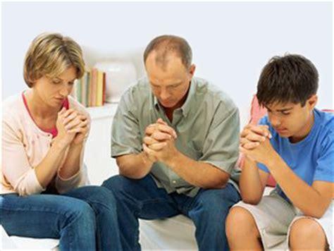 imagenes de la familia orando el demonio detesta amor matrimonial revela exorcista