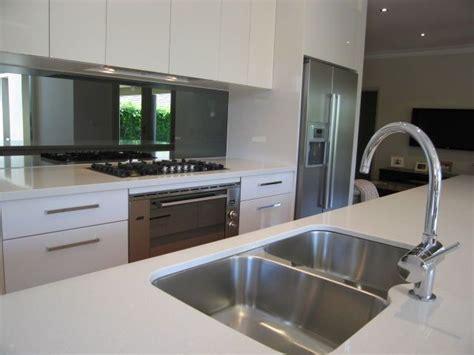 kitchen sink splashback 25 best ideas about mirror splashback on pinterest oak