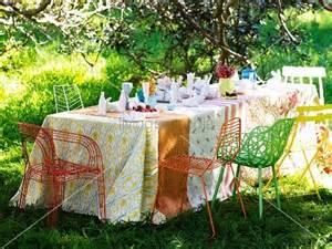 gedeckter tisch im garten gedeckter tisch mit verschiedenen tischdecken und farbigen
