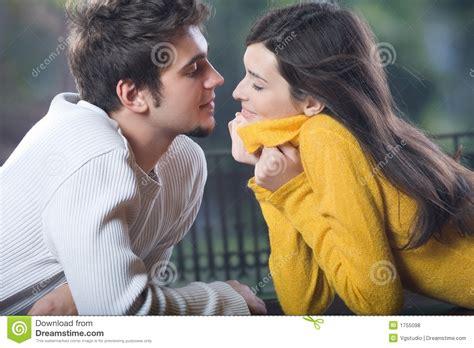 imagenes de jovenes libres pares jovenes que se besan al aire libre fotos de archivo
