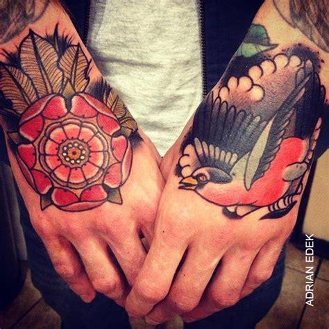 tatouage old oiseau rose sur la main tattoo