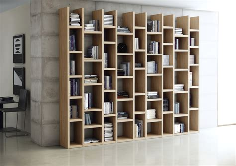wohnzimmer creme rot - Bücherwand Eiche