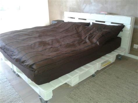 Platform Bed Made Out Of Pallets - diy pallet bed with wheels and headboard 99 pallets