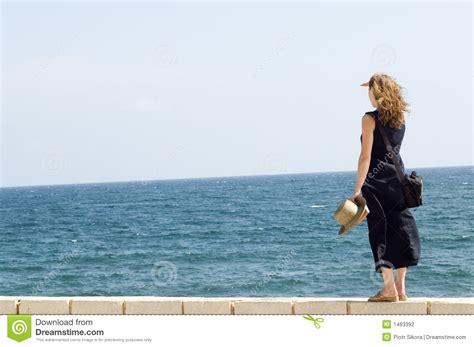 imagenes mujeres en el mar mujer que permanece en la pared mirando en el mar