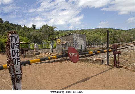 vintage railroad crossing gate signal shed building 6 x 8 train stop red signal stock photos train stop red signal