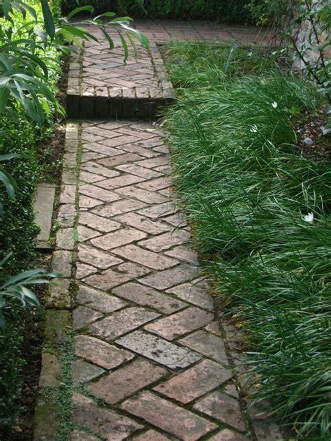 Weg Garten Anlegen gartenwege anlegen mit ziegelsteinen so wird es gemacht