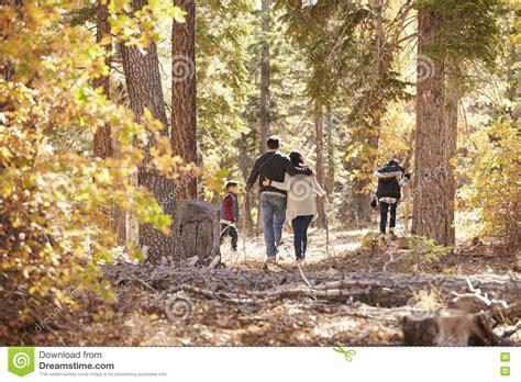 wandlen kinder moeder vader en twee kinderen die in bos achtermening