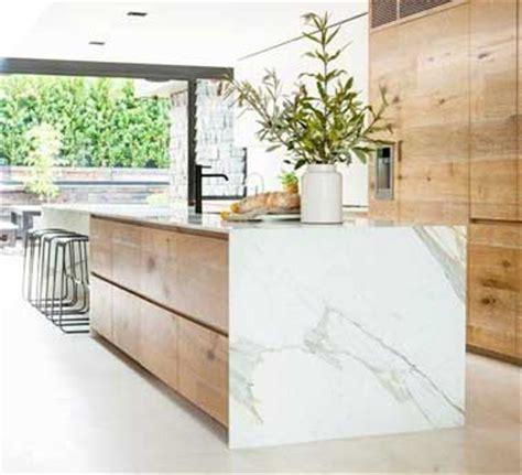 Incroyable Beton Cire Sur Carrelage Mural Cuisine #2: cuisine-design-avec-marbre-ouverte-sur-grande-verriere.jpg