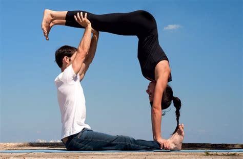 imagenes de yoga en pareja faciles como praticar ioga a dois casa com br