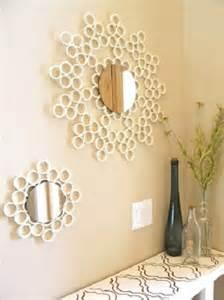 Una original forma de presentar el marco de un espejo con tubos