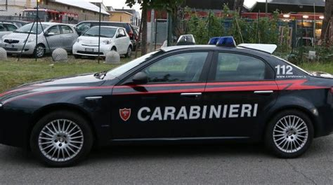 volante dei carabinieri vede pattuglia dei carabinieri scappa e abbandona pistola