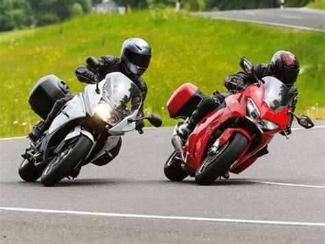 Motorrad Bmw Vs Honda by Bmw F800gt Vs Honda Vfr800f 2014 Motos Pinterest