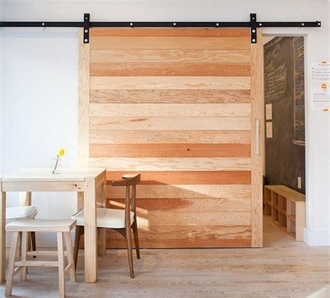 porte coulissante suspendue de style grange ou moderne