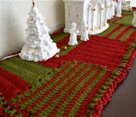 crocheted christmas table runner allfreechristmascrafts com