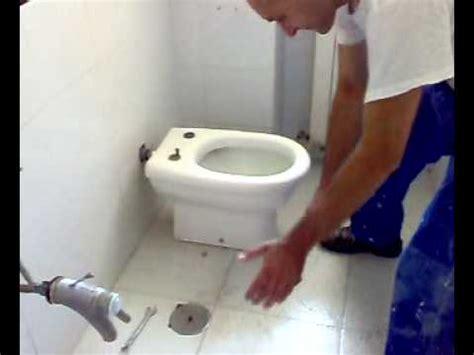 uomo sostituisce un wc parte i