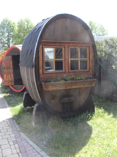 weinfass als gartenhaus 10000l ovale fass gartenlaube mit tisch zwei b 228 nke und