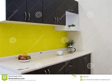 cuisine proven軋le jaune cuisine avec un mur jaune image stock image du home