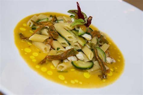 sugo con fiori di zucchina mezza penna quadrata al sugo di pescatrice con zucchina