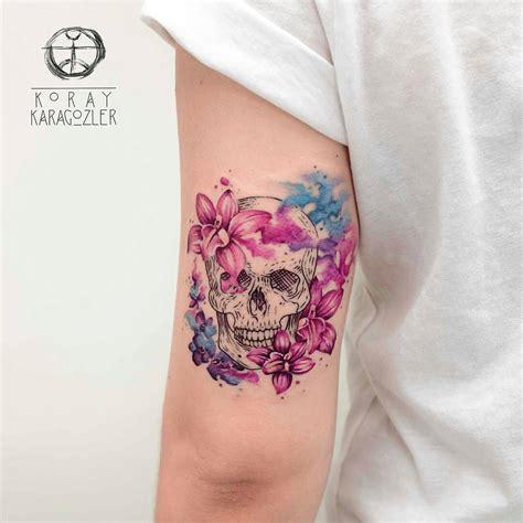 imagenes de calaveras sombreadas calavera y flores por koray karagozler tatuajes para mujeres
