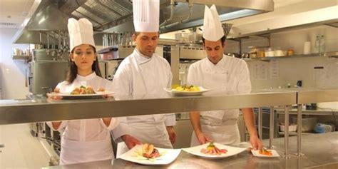 chef de cuisine collective la restauration collective recrutera 20 000 salari 233 s en