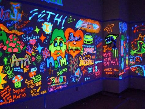Blacklight Bedroom Decor by Black Light Graffiti Glow Room