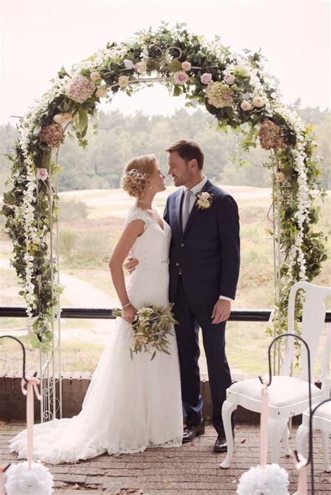 buiten trouwen onder een prieel theperfectweddingnl
