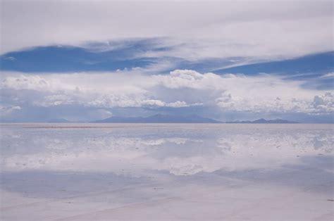 L effet miroir de la mer de sel couvert deau   Photo
