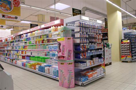scaffali arredo scaffali per negozi e arredo per aree comerciali linea