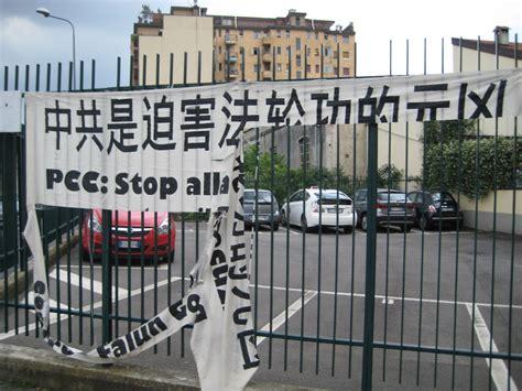 consolato cinese roma italia teppisti pcc danneggiano gli