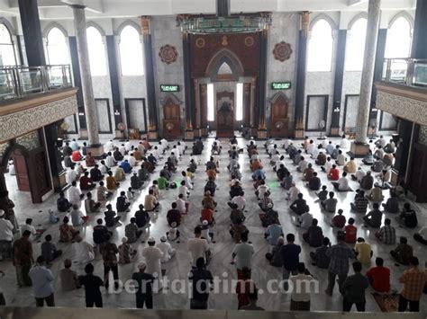 salat jumat  masjid agung jombang berjarak satu meter