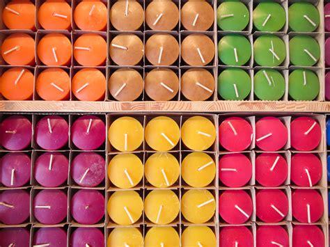 creare candele colorate come realizzare candele colorate con i gusci d uovo