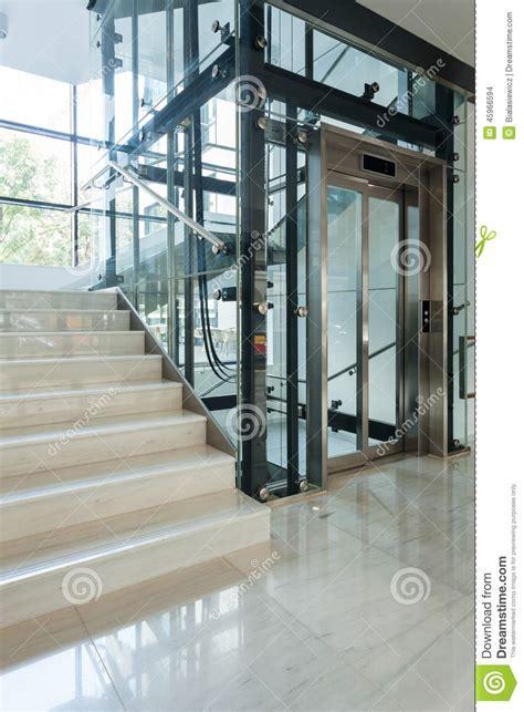 treppenhaus mit aufzug aufzug nahe bei treppenhaus stockfoto bild 45966594