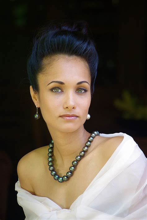 older women wearing jewelry when and how to wear your black pearl necklace pearls only