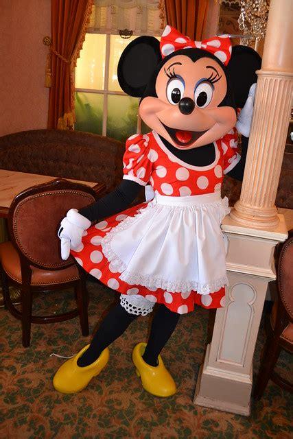 meeting minnie mouse  minnie friends breakfast