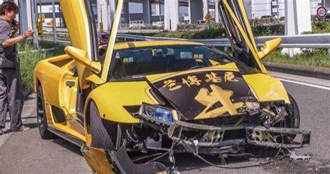 crashed red lamborghini lamborghini diablo crashes while showing off in tokyo