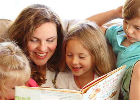 imagenes de la familia leyendo familia leyendo un libro infantil im 225 genes y fotos