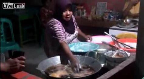 Wajan Gorengan luar biasa ibu ini mu menggoreng makanan dengan tangan kosong ketahui