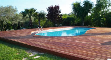 piastrelle bordo piscina pavimenti in legno per esterni in quadrotte e decking per