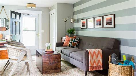 inspirasi kolase foto sebagai ornamen dekorasi jual inspirasi ruang tamu dengan dinding motif garis