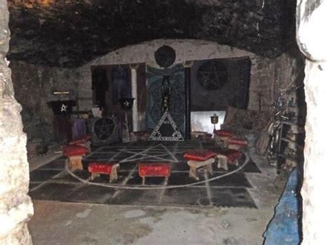 explore underground vault in edinburgh wiccan temple in the vaults