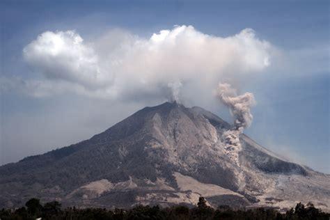gambar gunung gunung sinabung jpg erupsi gunung sinabung terlihat di desa tiga pancur karo