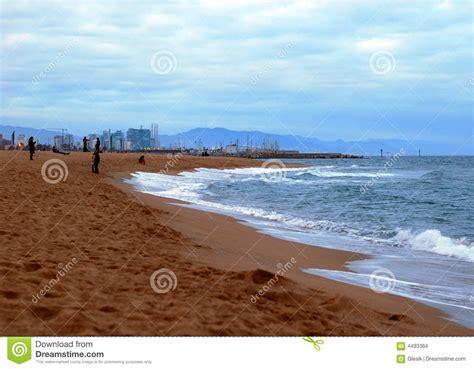 fotos invierno playa playa de barcelona en invierno imagenes de archivo
