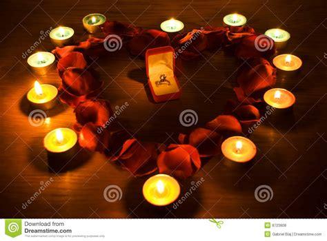 candele e petali di rosa cuore con i petali e gli indicatori luminosi della candela