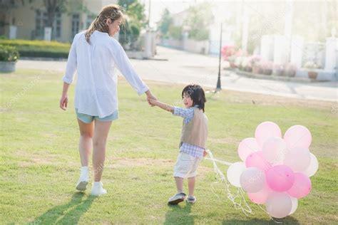 madre e hijo cogen madre e hijo cogen juntos asia madre e hijo mano juntos y
